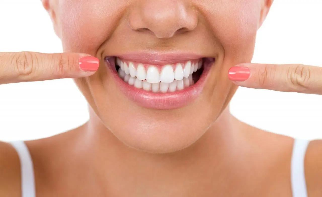 Để kéo dài tuổi thọ của sứ Titan thì vệ sinh răng miệng hàng ngày là vô cùng cần thiết