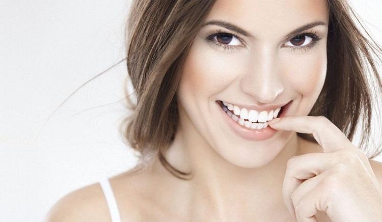 Bộ răng lộn xộn cần niềng để đều tăm tắp
